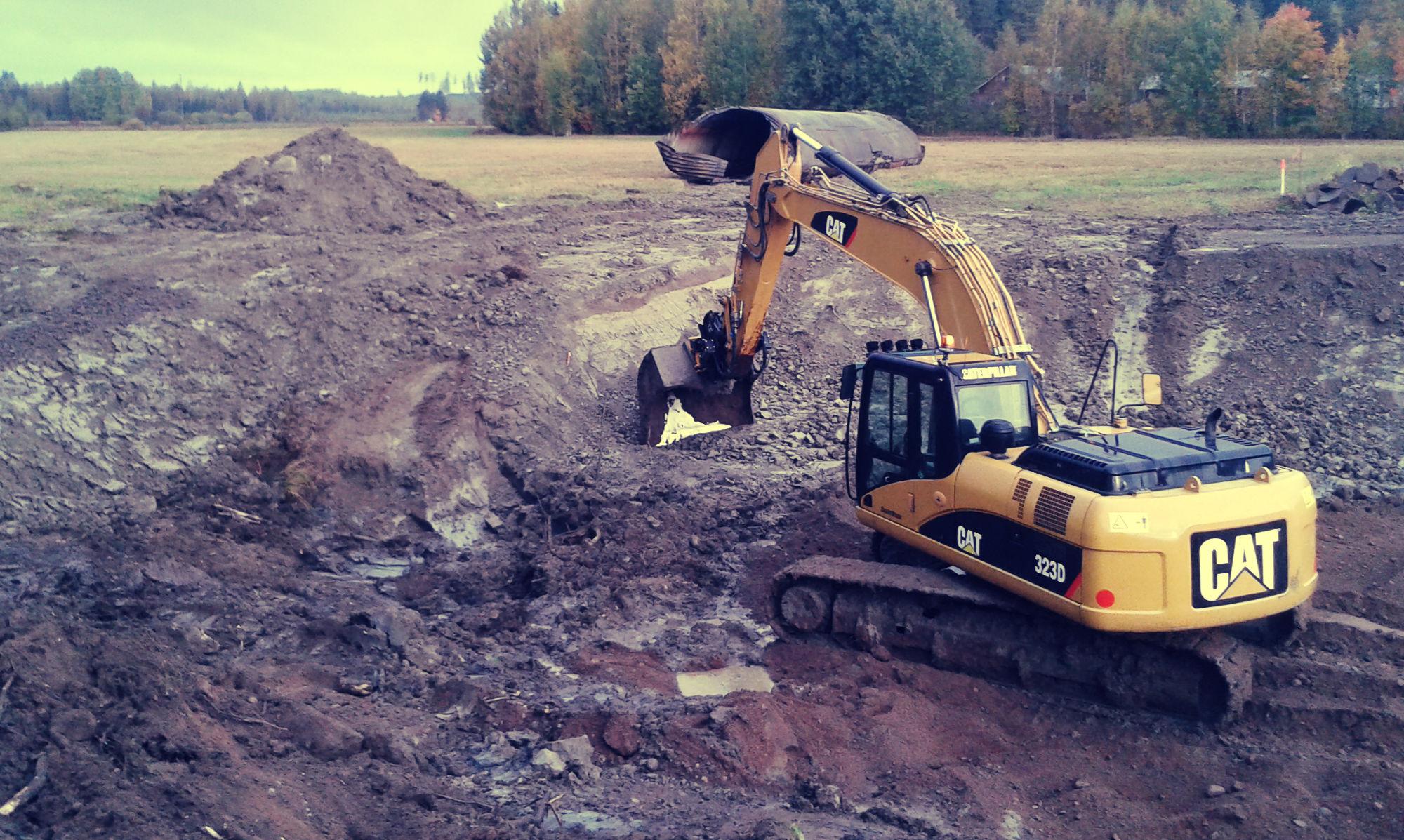maanrakennustoita-kaivinkoneella